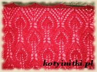 czerwona chusta na drutach
