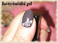 biała róża na śliwkowych paznokciach