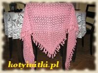 różowa chusta na drutach